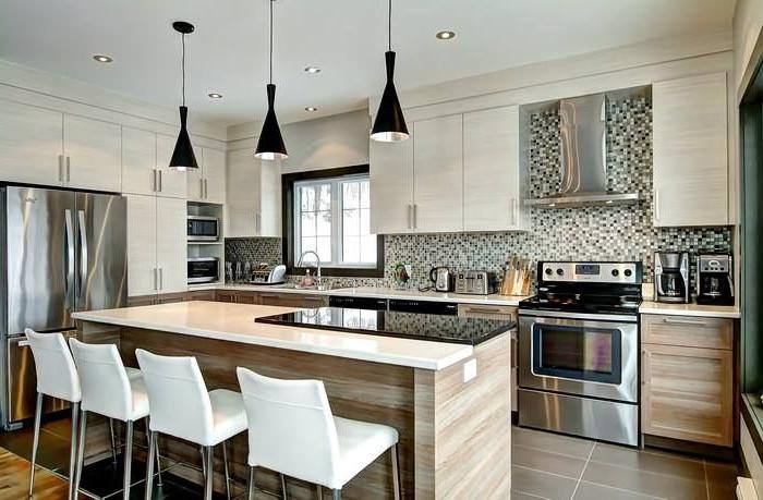Importante cucina con isola centrale e rivestimento a mosaico